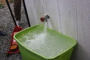 Das Wasser kommt auch nach der Aufbereitung mit starkem Methangehalt aus der Leitung. Wie bei Mineralwasser steigen Blasen auf.